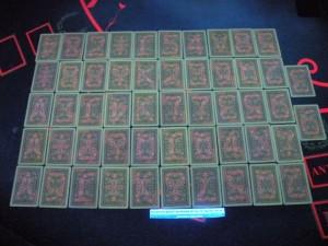Меченая колода карт, которую использовали мошенники, в ультрафиолете